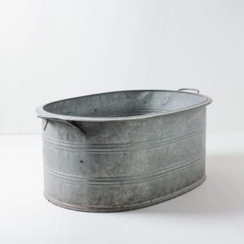 Metal Tub Pedro L | A metal tub that can hold a lot. Whether as a flower tub for event styling, chilled champagne bottles at the wedding or with lots of ice cubes as a bottle cooler for events. You can also simply prepare some warm blankets for the guests.