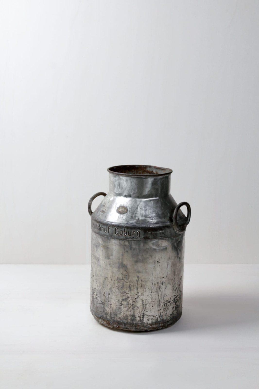 Milcheimer Ismael | Vintage Metall-Milcheimer mit ausgeprägter Patina, eignet sich sehr gut als große Vase. | gotvintage Rental & Event Design