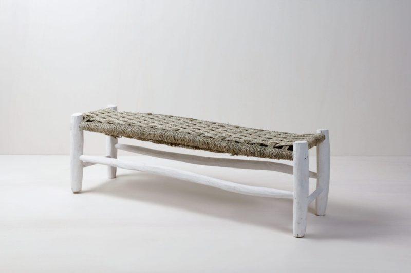 Marokkanische Sitzbank Pura | Sitzbank aus weiß lackiertem Holz, mit geflochtener Sitzfläche. | gotvintage Rental & Event Design