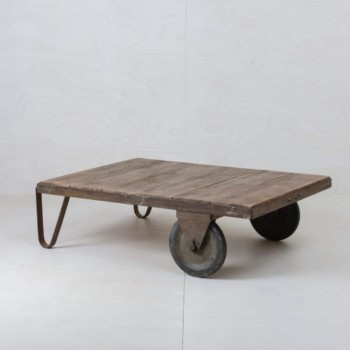 Palette Mauro | Die alte Industriepalette lässt sich mit ihren Rollen einfach umstellen und ergibt einen schicken Loungetisch. Eben mal keine Euro Palette. | gotvintage Rental & Event Design