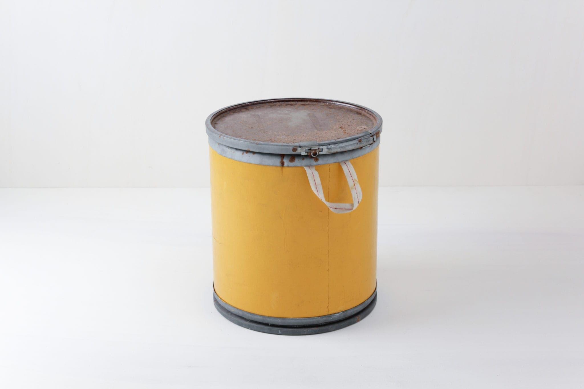 Papiereimer Benita | Eimer mit gelbem Mantel. Sehr 1970's durch das einfache Design und die saftige Farbe. | gotvintage Rental & Event Design