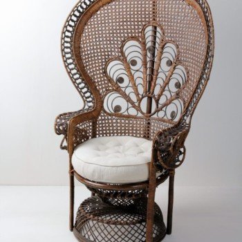 Peacock Chair Flavio | Beautiful woven Peacock chair with a creamy-white seat cushion. A real eye-catcher at every event. | gotvintage Rental & Event Design