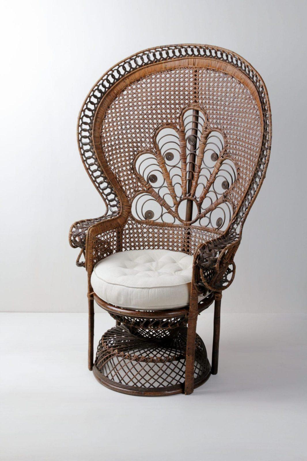 Pfauenstuhl Flavio | Wunderschöner geflochtener Pfauensessel mit cremeweißen Sitzkissen. Ein Blickfang auf jeder Veranstaltung. | gotvintage Rental & Event Design