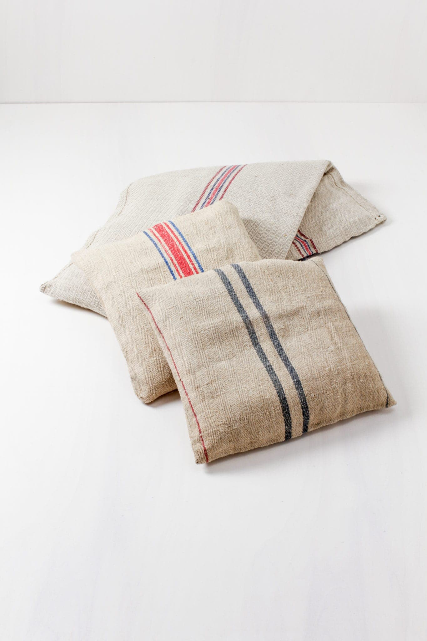 Farbe Radio Button | Vintage pillows, square-cut, various colours, for seating or decoration. |
