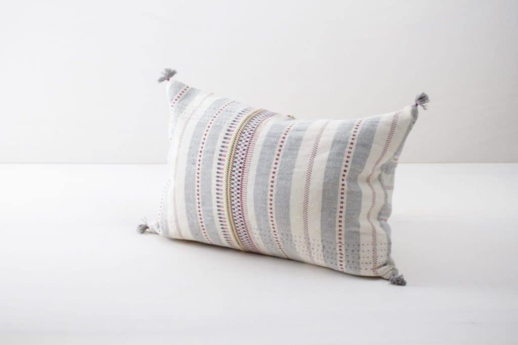 Kissen Natalia 40x60 | Diese farbigen Kissen aus organischer Kala Baumwolle sind schön weich und kuschelig. | gotvintage Rental & Event Design