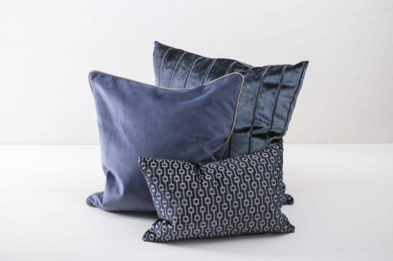 Kissen Raimundo Blau 30x45 | Weiche Kissen mit leicht glänzender Oberfläche aus Baumwolle. Verschiedene Farben und Muster zum Kombinieren. | gotvintage Rental & Event Design