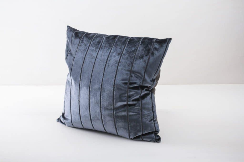 Kissen Roman Velvet Blau 60x60 | Weiche Kissen mit leicht glänzender Oberfläche aus Baumwolle. Verschiedene Farben und Muster zum Kombinieren. | gotvintage Rental & Event Design