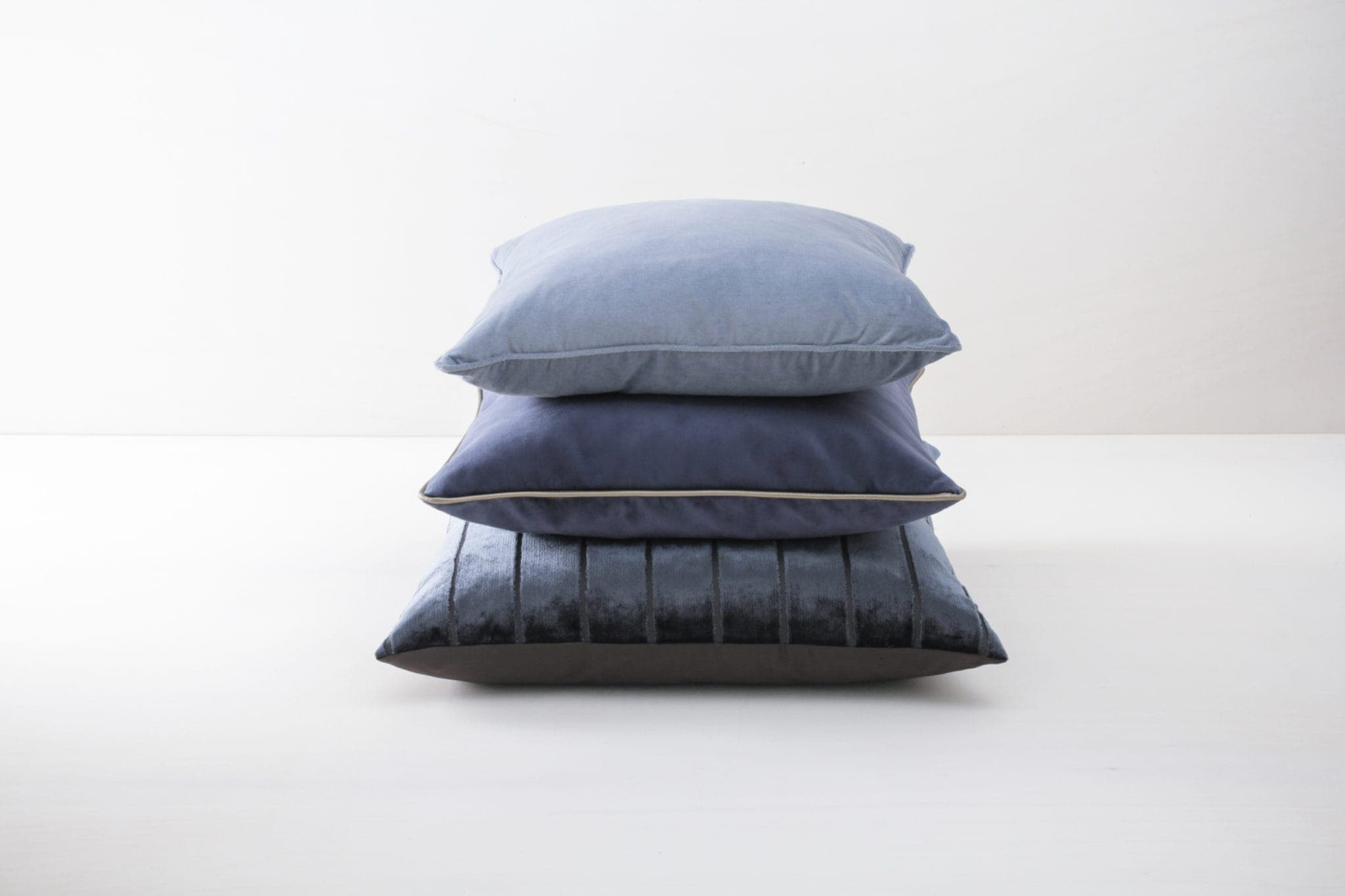Pillow Roman Velvet Blau 60x60 | Soft pillows with slightly shiny surface, made of cotton. Several colours and patterns to combine. | gotvintage Rental & Event Design