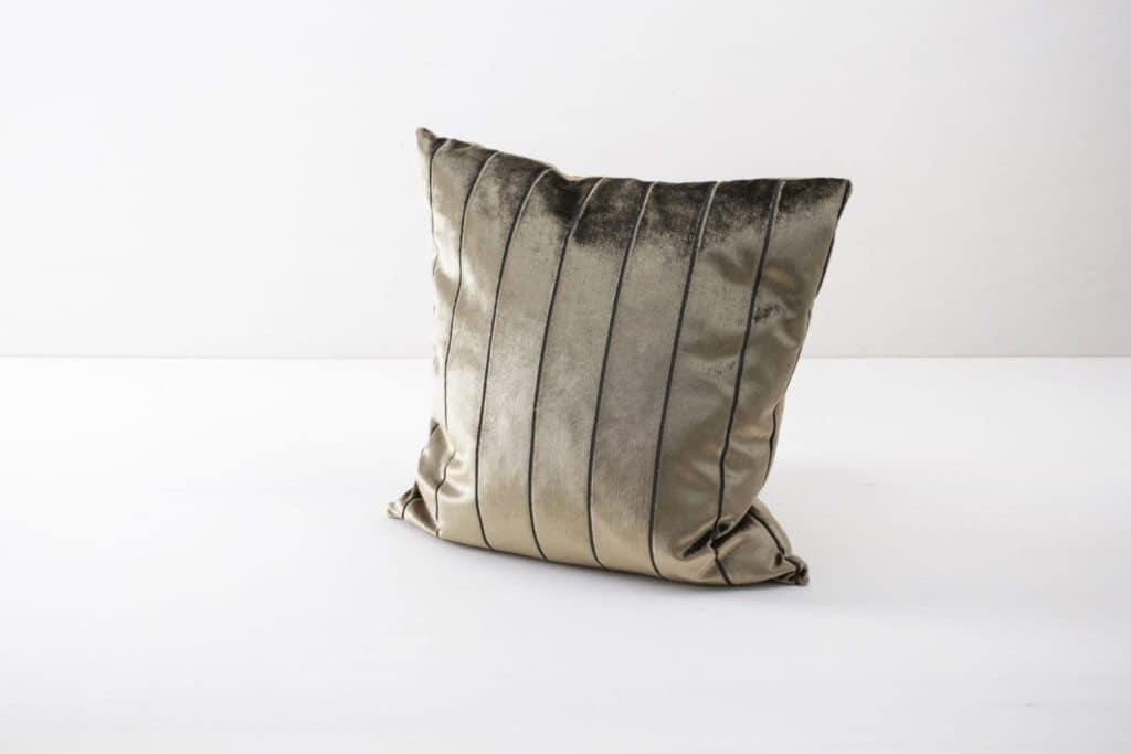 Kissen Roman Samt Gold 50x50 | Weiche Kissen mit leicht glänzender Oberfläche aus Baumwolle. Verschiedene Farben und Muster zum Kombinieren. | gotvintage Rental & Event Design