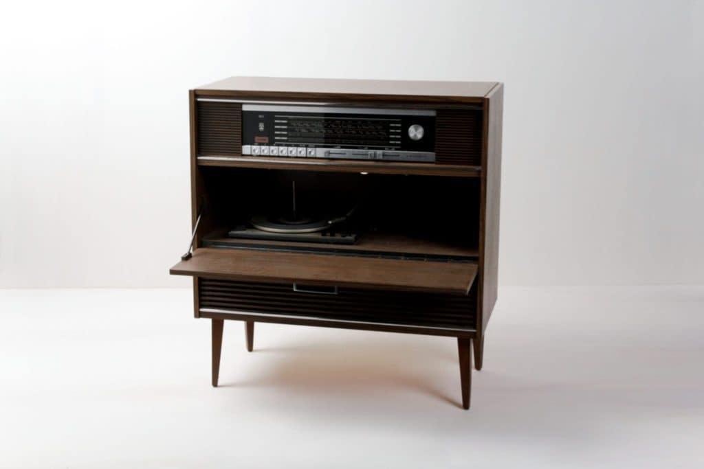 Musiktruhe Bartolome | 1970er Jahre Musiktruhe aus dunklem Holz. Ein echtes Schmuckstück für jeden Musikliebhaber. | gotvintage Rental & Event Design