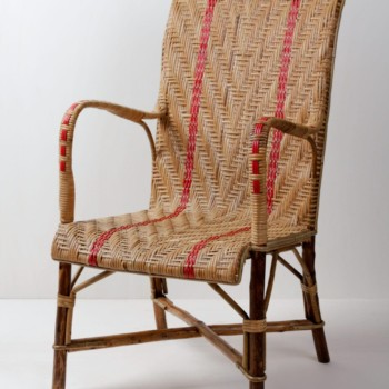 Rattanstuhl Norberto | Geflochtener Gartenstuhl mit roten Details. Wunderschön in Kombination mit dem Rattanstuhl Leya. | gotvintage Rental & Event Design