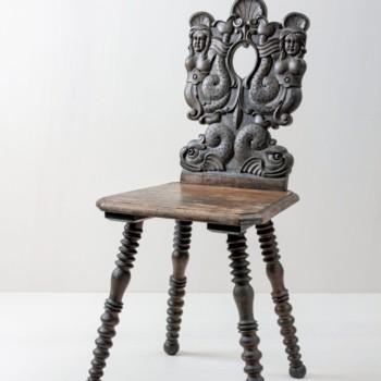 Bauernstuhl Gregorio | Eindrucksvoller Bauernstuhl aus Holz mit aufwändigen Ornamenten. | gotvintage Rental & Event Design