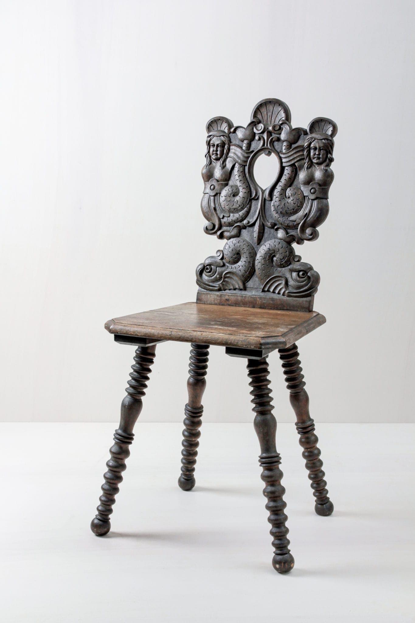 Extravagante Stühle mieten, Bauernstuhl mit Ornamenten
