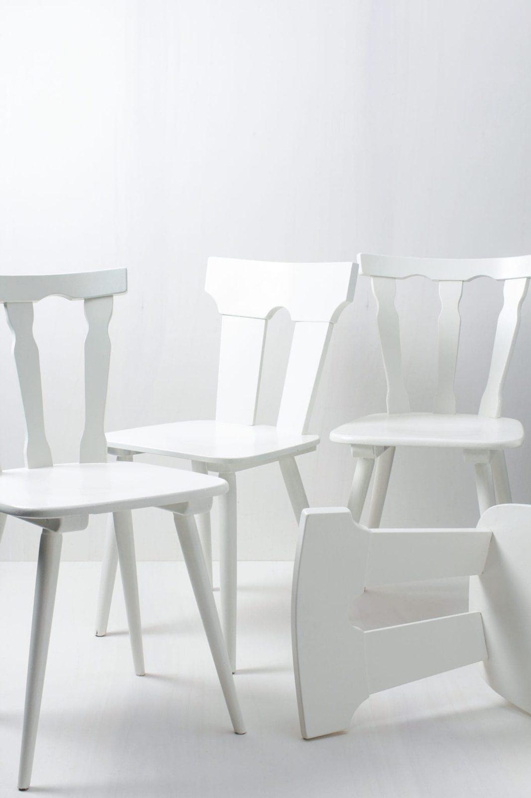 Bauernstühle Isabel und Pilar | Gemischte weiß seidenmatt lackierte Bauernstühle Isabel und Pilar. Die Farbe kann auf Wunsch geändert werden. | gotvintage Rental & Event Design