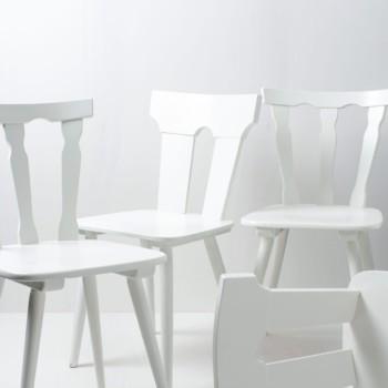Bauernstühle Isabel und Pilar | Diese vintage mismatching Holzstühle verschönern jede Tafel. Durch ihre individuellen Formen und Designs ergibt sich ein einmaliges aber stimmiges Bild auf ihrem Fest, der Hochzeit oder auf ihrem Event. Die Stühle sind in weiß seidenmatt lackiert. | gotvintage Rental & Event Design
