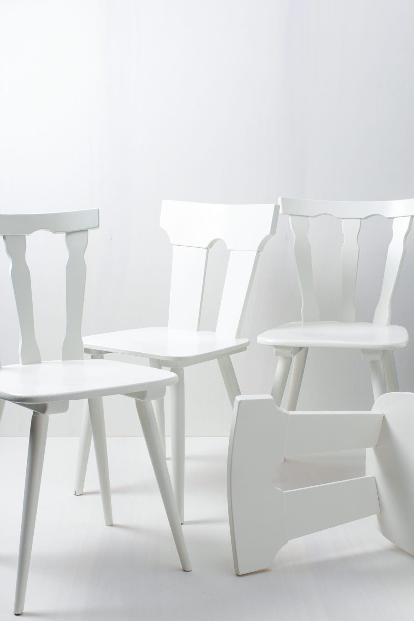 Diese vintage mismatching Holzstühle verschönern jede Tafel. Durch ihre individuellen Formen und Designs ergibt sich ein einmaliges aber stimmiges Bild auf ihrem Fest, der Hochzeit oder auf ihrem Event. Die Stühle sind in weiß seidenmatt lackiert.