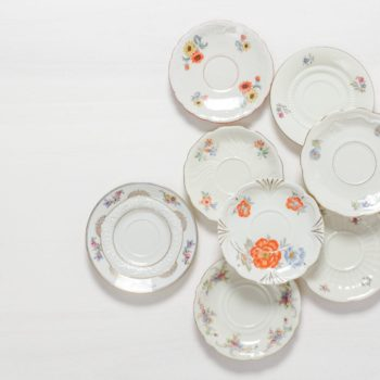 Untertasse Carmen Mismatching Floral | Mismatching vintage Untertasse, verschiedene Formen, auch als kleiner Gebäckteller. | gotvintage Rental & Event Design