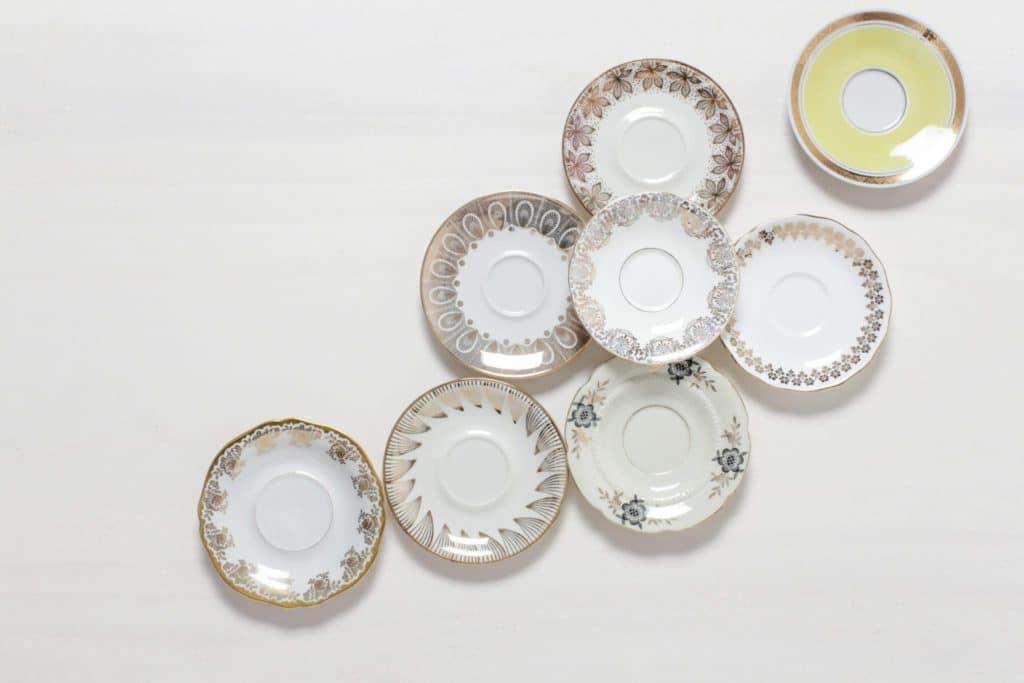 Untertasse Margarita Mismatching Gold | Mismatching vintage Untertassen, verschiedene Formen, auch als kleiner Gebäckteller. | gotvintage Rental & Event Design