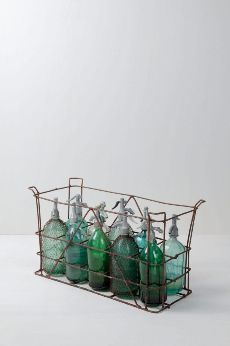 Sodaflaschen Beltran   Sehr schöne vintage Sodaflaschen in verschiedenen schimmernden Farben. Auch in originaler Kiste mit je zehn Flaschen verfügbar. Tolles Dekorationselement.   gotvintage Rental & Event Design