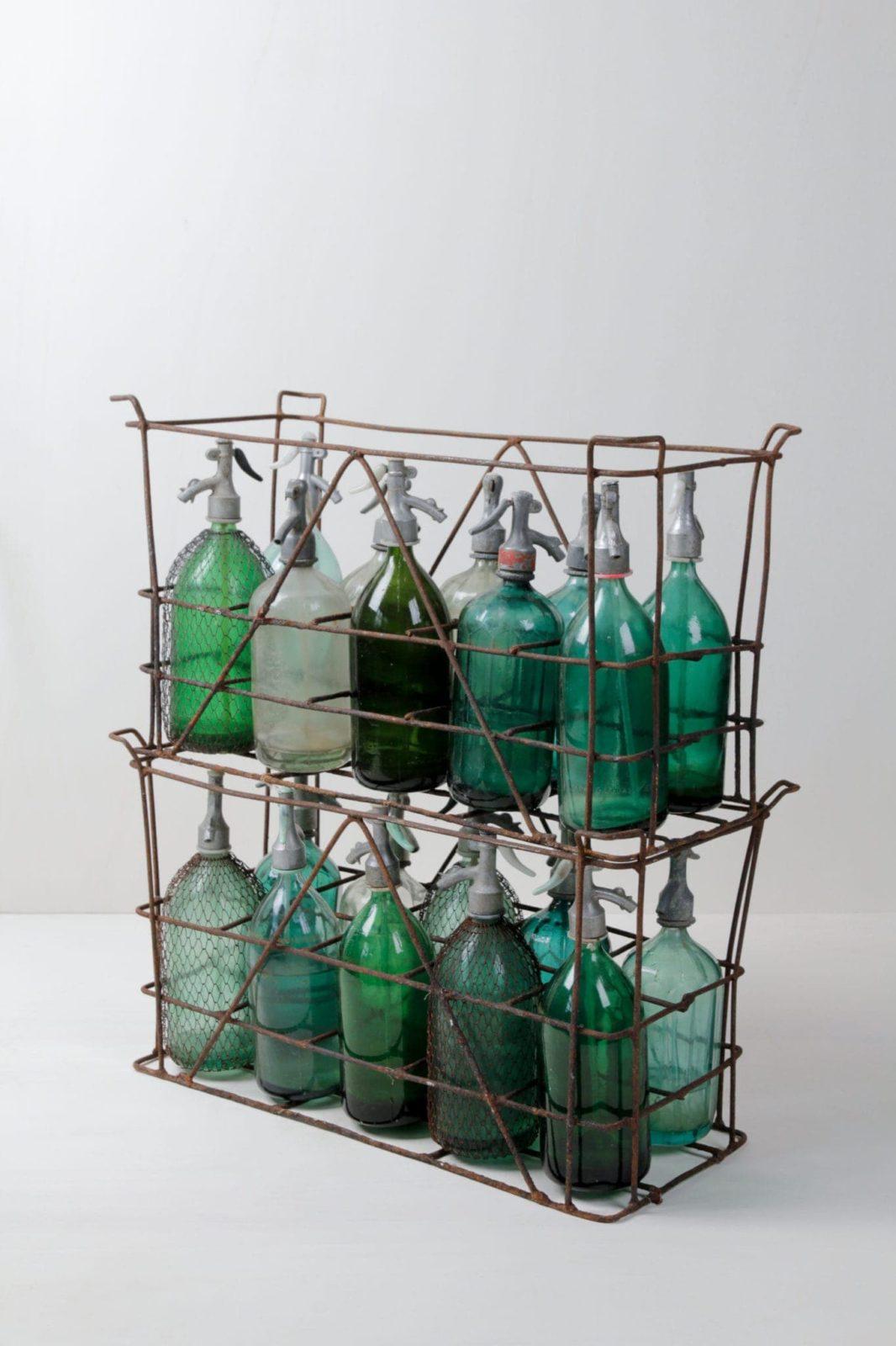 Sodaflaschen Beltran | Sehr schöne vintage Sodaflaschen in verschiedenen schimmernden Farben. Auch in originaler Kiste mit je zehn Flaschen verfügbar. Tolles Dekorationselement. | gotvintage Rental & Event Design