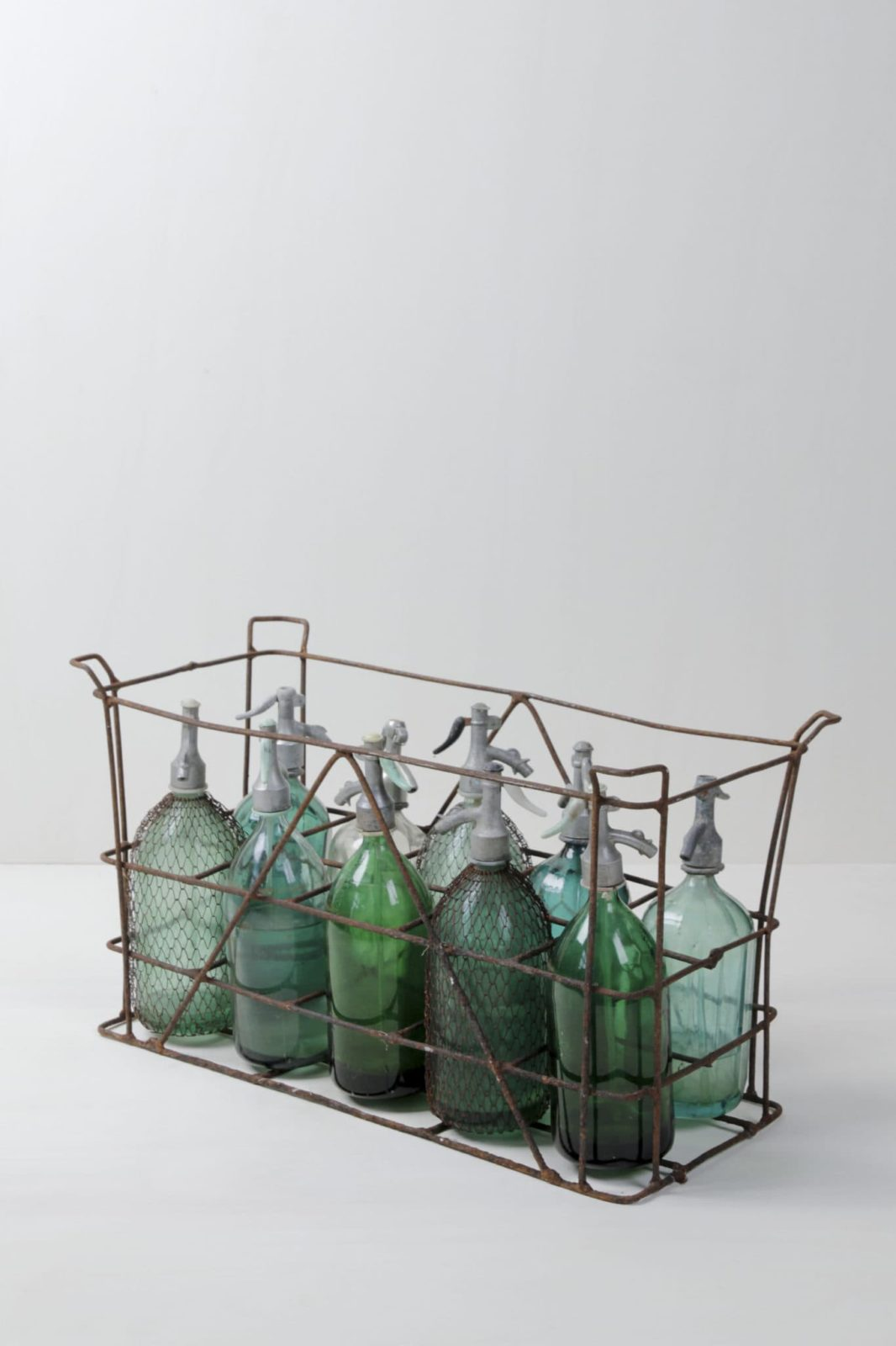 Sodakiste Tulio | Wundervolle vintage Sodaflaschen in der originalen Metallkiste mit je 10 Flaschen. Eindrucksvoll durch die schillernden Farben der Flaschen. Die Sodaflaschen sind auch einzeln verfügbar. | gotvintage Rental & Event Design