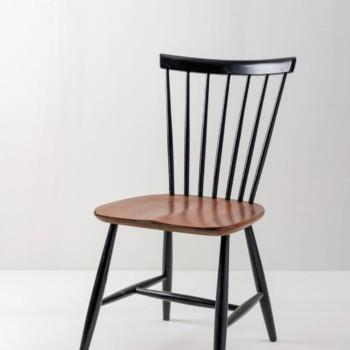 Sprossenstuhl Albert | Schöner 1950er Jahre Sprossenstuhl. Aufgearbeitet mit Holzsitzfläche und schwarzer Lackierung.Im Stil von Ilmari Tapiovaara. | gotvintage Rental & Event Design
