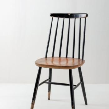 Sprossenstuhl Alexander | Vintage Sprossenstuhl im Tapiovaara Stil, schwarz mit holzfarbener Sitzfläche. | gotvintage Rental & Event Design