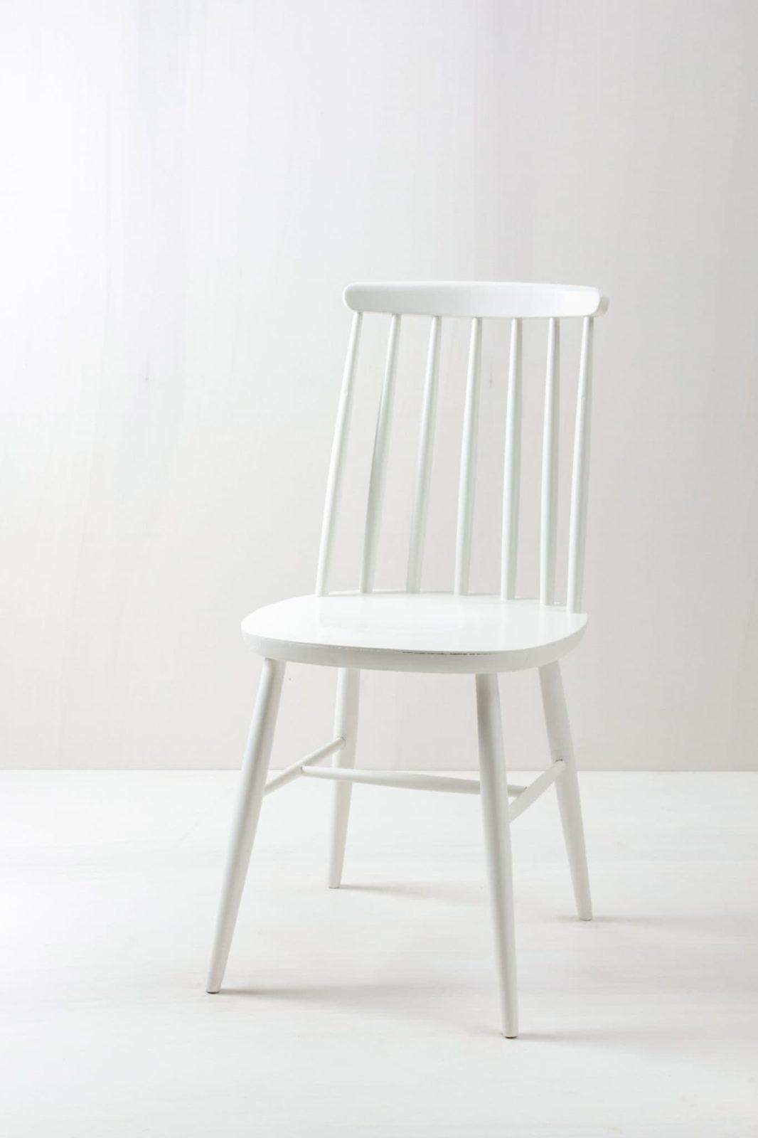 Sprossenstuhl Gema | Vintage Sprossenstuhl im Tapiovaara Look, seidenmatt weiß lackiert. | gotvintage Rental & Event Design