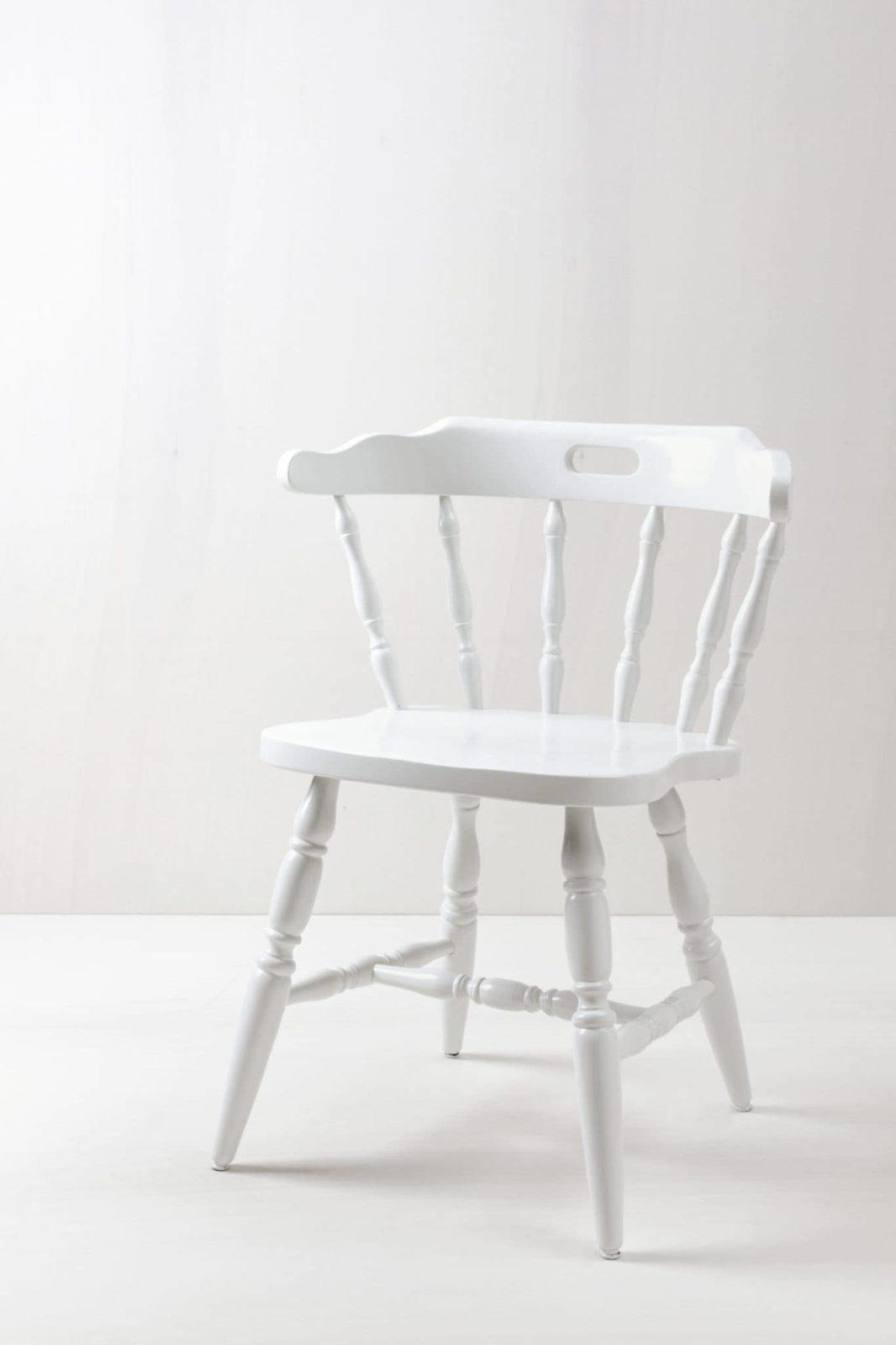 Sprossenstuhl Lidia | Schicker Bauern-Sprossenstuhl, weiß lackiert. Die Farbe kann auf Wunsch geändert werden. Der Stuhl kann ebenso in Holz natur gemietet werden. | gotvintage Rental & Event Design