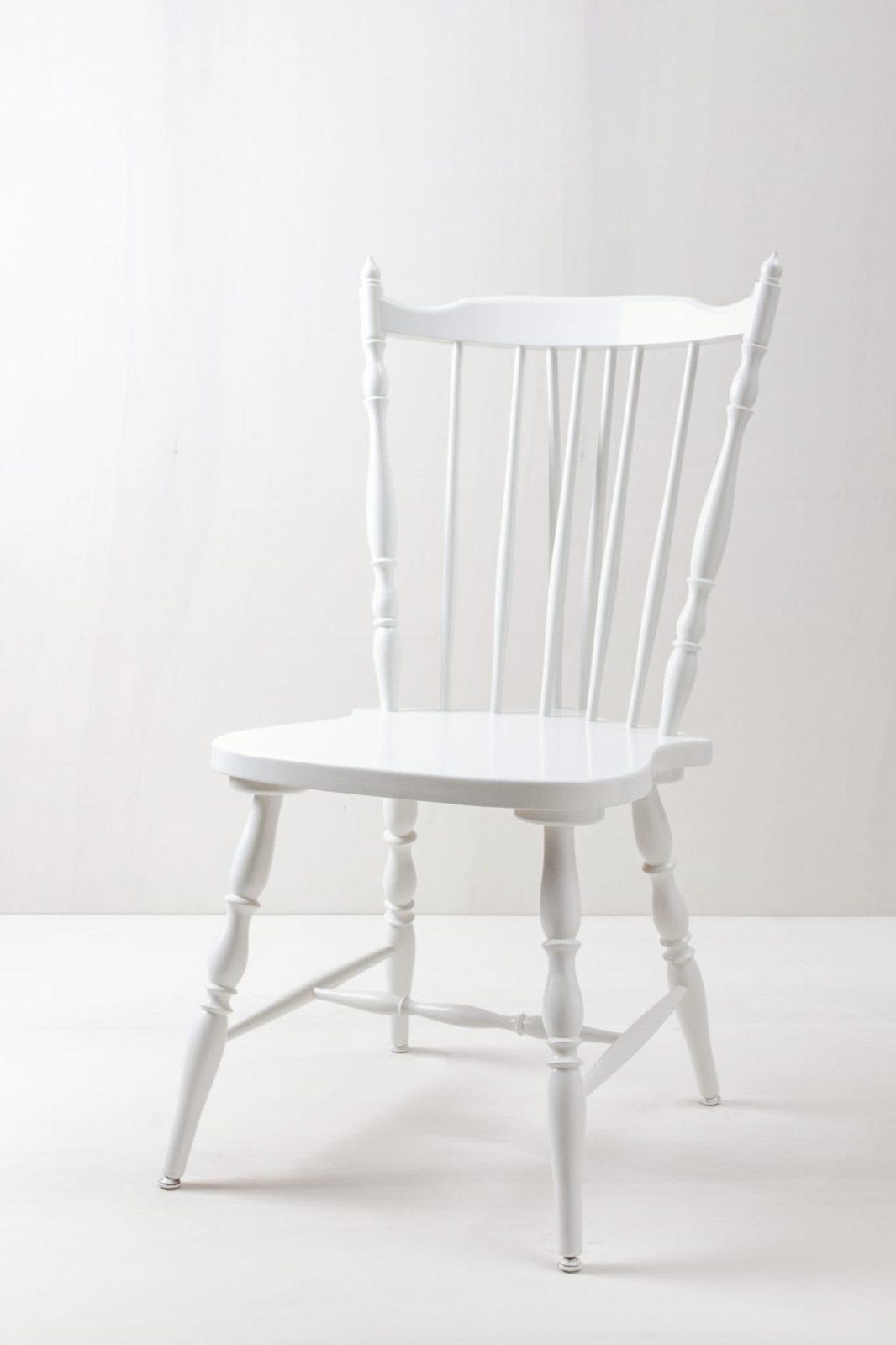 Sprossenstuhl Miriam   Sprossen-Bauernstuhl mit schöner Kontur. Weiß lackiert.   gotvintage Rental & Event Design