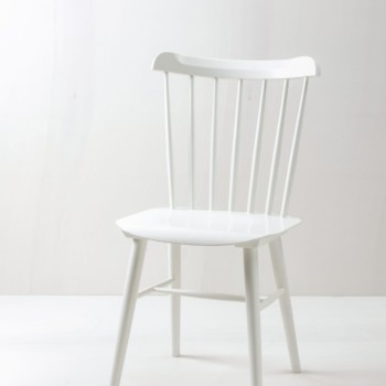 Sprossenstuhl Trinidad | Vintage Sprossenstuhl im Tapiovaara Stil, seidenmatt weiß lackiert. | gotvintage Rental & Event Design