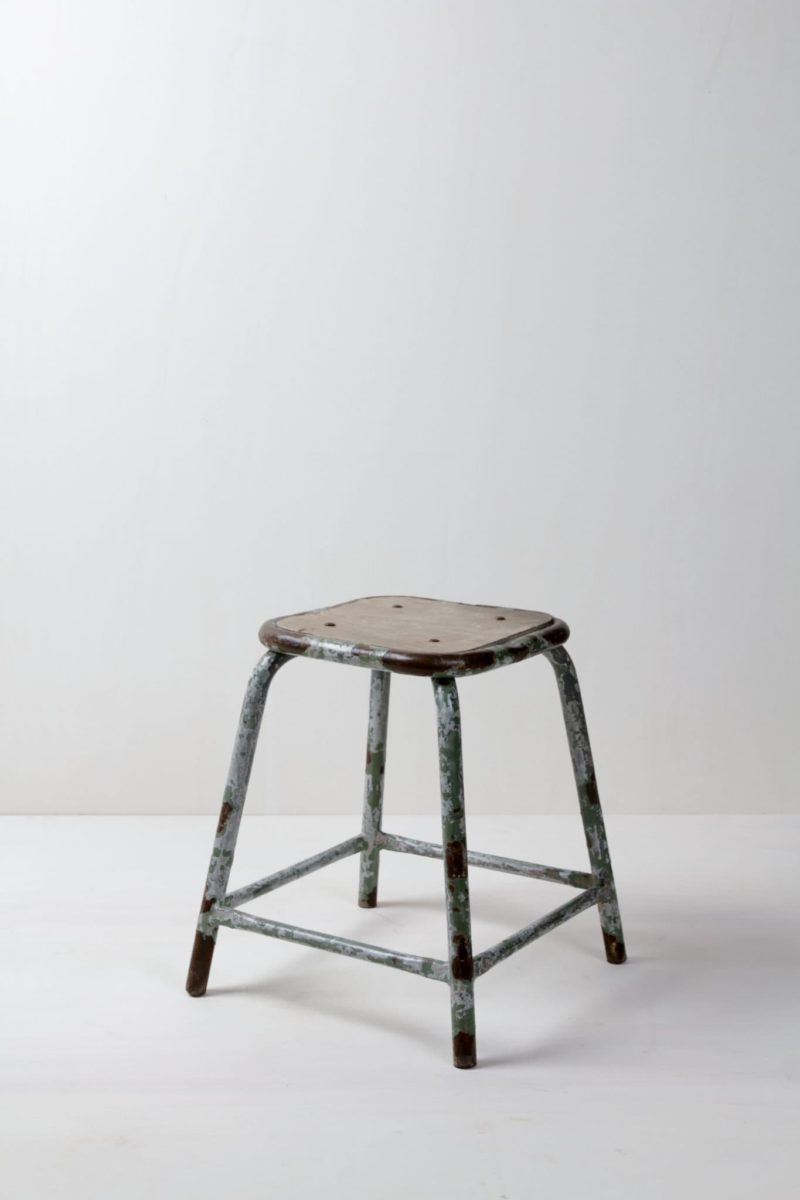 Stool Camilo | Industrial metal stool with wooden seat. Fits in perfectly with wooden furniture. Shabby chic, very nice contrasting element for flowers and feminine details. | gotvintage Rental & Event Design