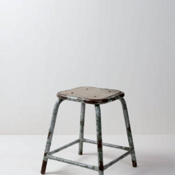 Hocker Camilo | Industrieller Metallhocker mit hölzerner Sitzfläche. Funktioniert immer sehr gut mit Mobiliar aus Holz.Shabby Chic, sehr schöner Kontrast zu Blumen und weiblichen Accessoires. | gotvintage Rental & Event Design