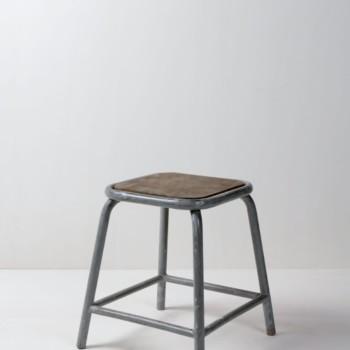 Hocker Cipriano | Industrieller Metallhocker mit hölzerner Sitzfläche. Funktioniert immer sehr gut mit Mobiliar aus Holz. | gotvintage Rental & Event Design