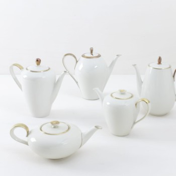Tea/Coffee Pot Magdalena Ivory Colored Gold Rim | Elegant ivory colored tea or coffee pots with gold rim. Mismatching though almost matching curated out of German porcelain from the 1930s to the 1960s. Matching perfectly the cake service. | gotvintage Rental & Event Design