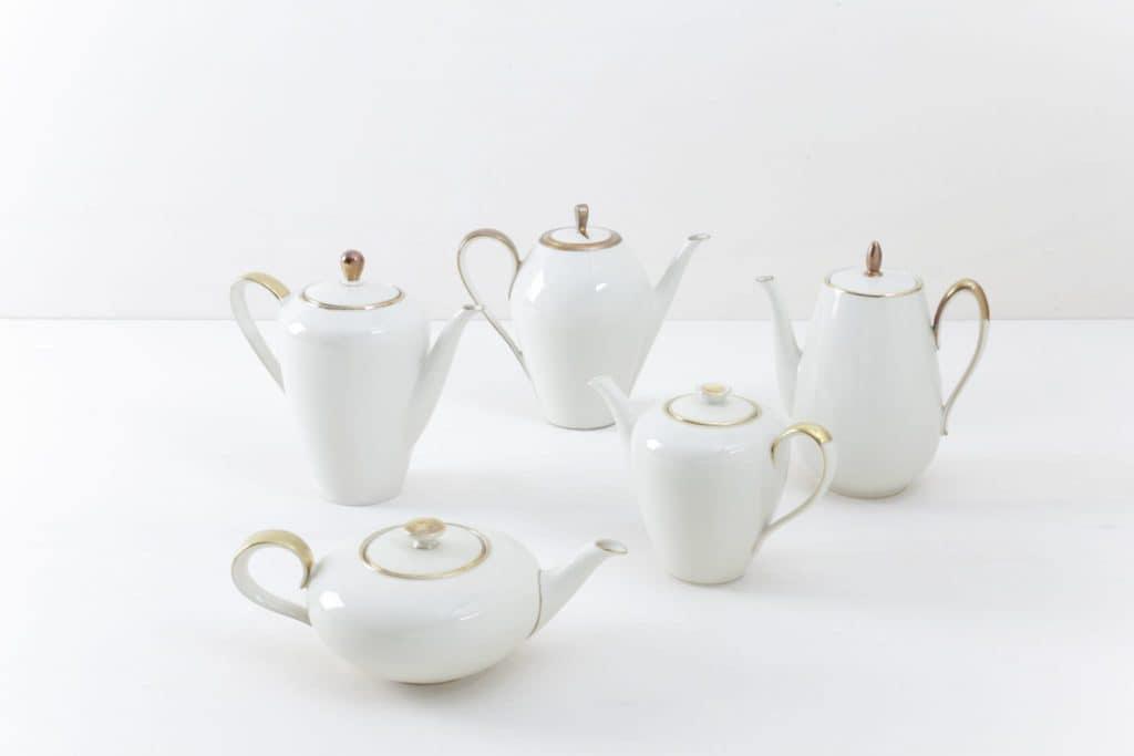 Tee/Kaffeekanne Magdalena Elfenbeinfarben Goldrand | Elegante mismatching elfenbeinfarbene Tee/ Kaffeekannen mit Goldrand. Kombiniert aus verschiedenen Serien aus den 1930er bis 1960er Jahren, sind sie fast nahezu identisch in Form und Farbe zusammengestellt.Dazu passend auch das Kuchengedeck. | gotvintage Rental & Event Design