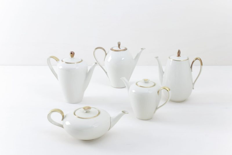 Tee/Kaffeekanne Magdalena Elfenbeinfarben Goldrand | Elegante mismatching elfenbeinfarbene Tee/ Kaffeekannen mit Goldrand. Kombiniert aus verschiedenen Serien aus den 1930er bis 1960er Jahren, sind sie fast nahezu identisch in Form und Farbe zusammengestellt. Dazu passend auch das Kuchengedeck. | gotvintage Rental & Event Design
