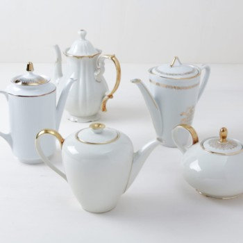 Tea/Coffee Pots Margarita Gold | Different pots for coffee or tea with golden details. | gotvintage Rental & Event Design