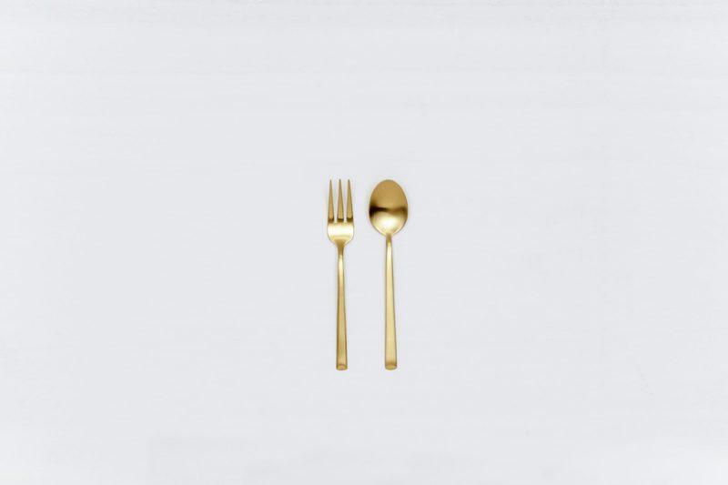Teelöffel Ines Besteck Gold Matt | Mit der Besteckserie Ines vermieten wir herrlich, matt goldenes Edelstahlbesteck. Das Besteck hat eine schöne Haptik und sieht zu unterschiedlichen Events gleichermaßen gut aus. Ob auf einem bunten Tisch mit kräftigen Farben kombiniert, einer eleganten, minimalistischen Hochzeit oder einem modernen Business Dinner - unser matt goldenes Besteck Ines ist eine ausgzeichnete Wahl für Deinen Event. Miete die Teelöffel Ines, um mit dem besonderen Besteck, Deine Gäste zu begeistern. Als Dessertbesteck eigenen sich Teelöffeln uns Kuchengaben ebenfalls. Passend zu den matt goldenen Teelöffeln Ines bieten wir auch Kuchengabeln, Tortenheber, Espressolöffel und vintage Geschirr im Verleih an. | gotvintage Rental & Event Design