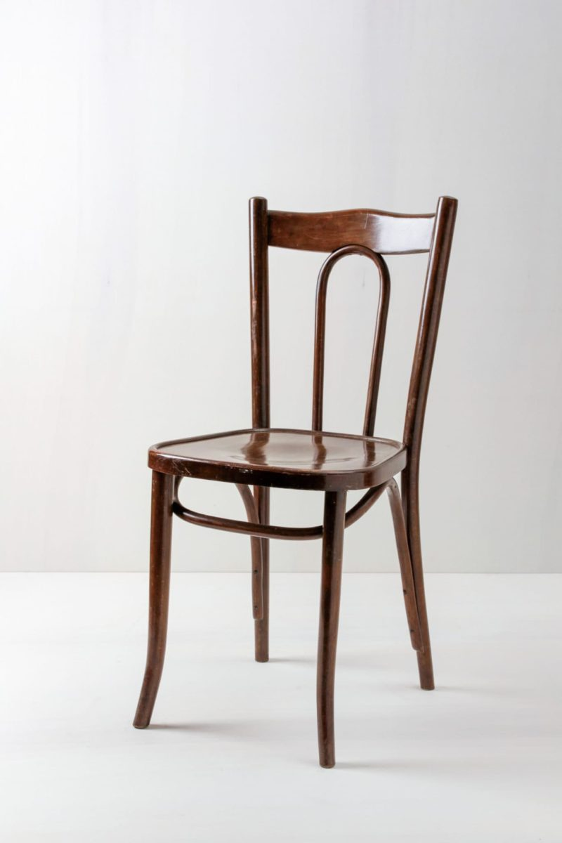 Thonet Holzstuhl Julio | Dunkler Thonet Stuhl, sehr schön aufgearbeitet. Sehr schöne, klassische Lehne. | gotvintage Rental & Event Design