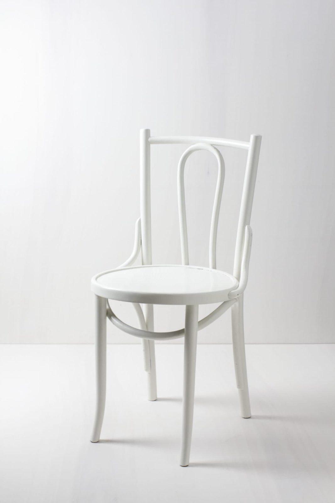 Thonet Stuhl Rosa | Seidenmatt weiss lackierter Thonet Stuhl, ein Klassiker. | gotvintage Rental & Event Design