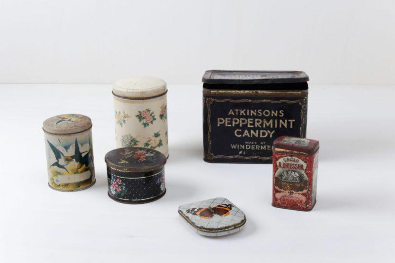 Various vintage mismatching tins.