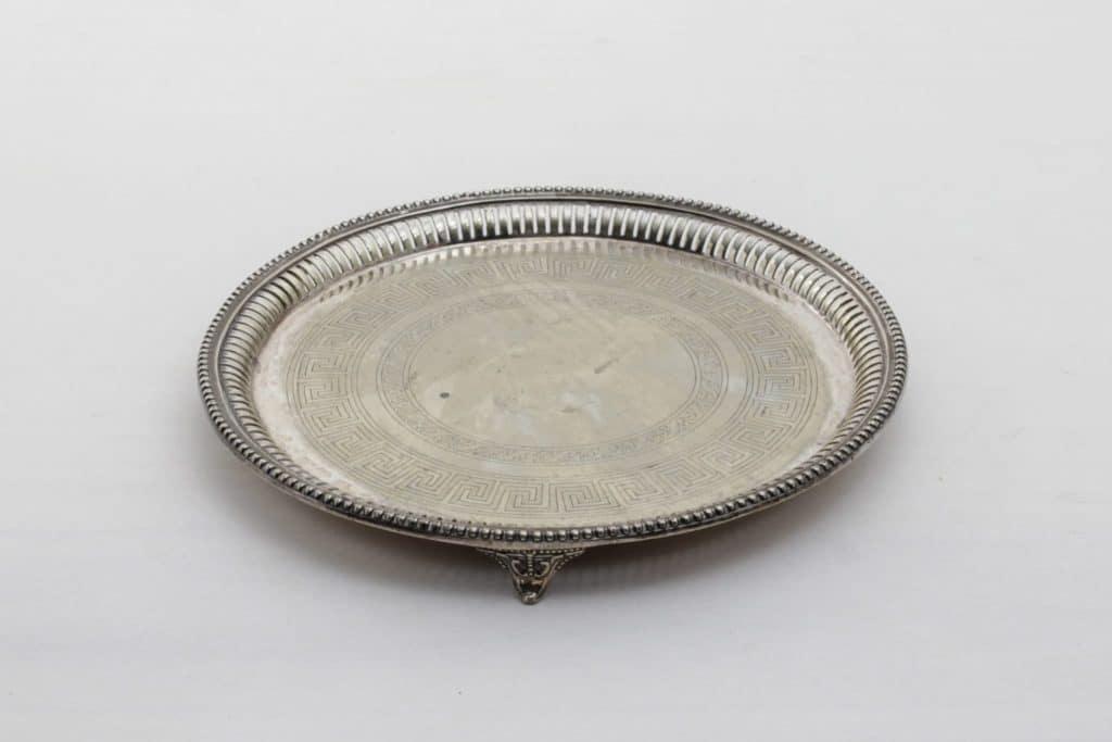 Tablett Ovando Vintage | Schönes, altes Tablett auf Füßen, mit echter Patina. Zum Servieren oder Dekorieren. | gotvintage Rental & Event Design