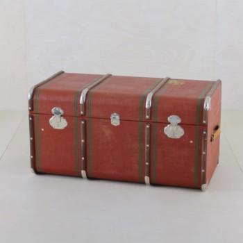 Koffertruhe Fermina | Wunderschöne rote vintage Koffertruhen zum Verlieben. | gotvintage Rental & Event Design