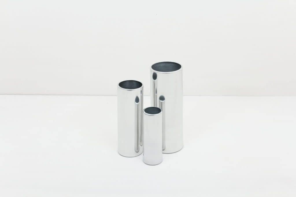 Vase Elisa Silber L | Vase silber in Größe L.Lässt sich für einen modernen Touch ideal kombinieren mit weiteren Vasen der gleichen Serie in verschiedenen Farben und Größen. | gotvintage Rental & Event Design