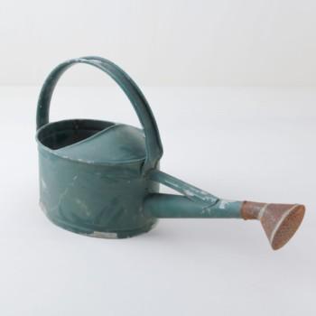 Giesskanne Anibal | Eine Giesskanne mit einer ganz besonderen Form. Für eine Gartendeko genau das Richtige. Mit ein paar Blumen sieht sie einfach klasse aus. | gotvintage Rental & Event Design
