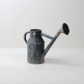 Giesskanne Fausto | Vintage Giesskanne aus Metall mit schöner Patina. | gotvintage Rental & Event Design