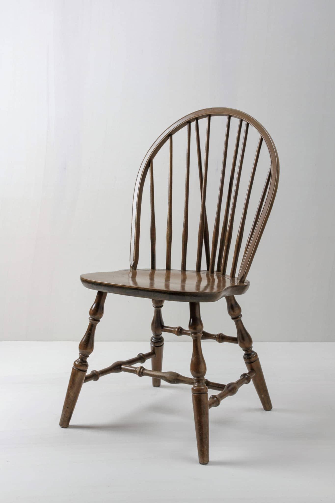 englischer Sprossenstuhl im Windsor Design. Mietmöbel besonderes Design Berlin.