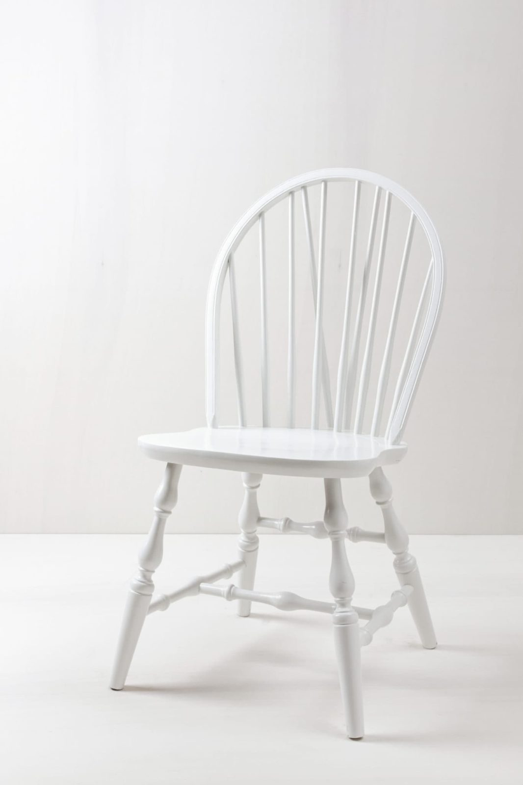 Windsor Stuhl Lorena | Weiß lackierter Bauernstuhl, Windsor-Stil. Rund geformte Lehne. Sieht sehr schön und weiblich aus. | gotvintage Rental & Event Design