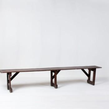 Holzbank Leonardo | Leonardo ist eine schöne und authentische Sitzbank aus Holz, die sich prima für gemütliche Gartenpartys eignet. Holzbank Leonardo macht auch Indoor einiges her und lädt Deine Gäste zum Sitzen ein. Viele unserer KundInnen mieten viele Bänke in verschiedenen Stilrichtungen um einen gewissen Charme zu erzeugen. | gotvintage Rental & Event Design